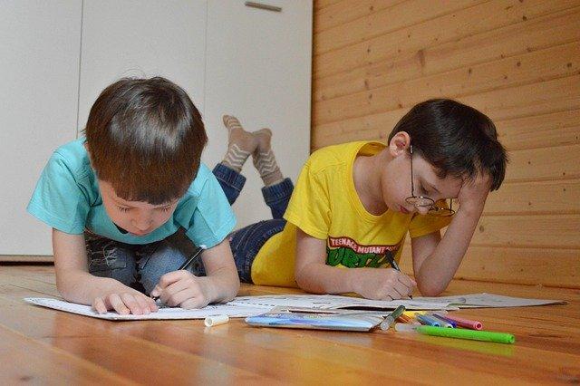 家庭学習中の子供