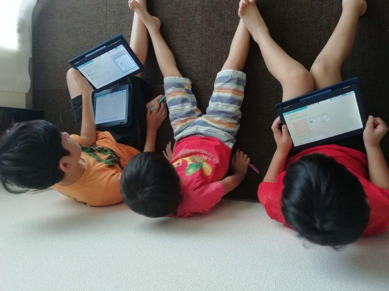 リス算数タブレット学習中の子供