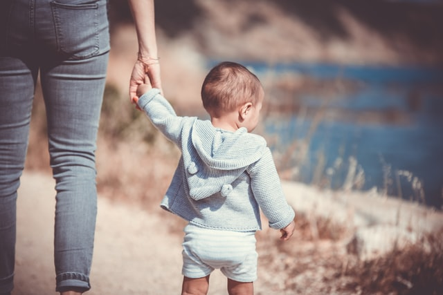 孤独な子育て母と子