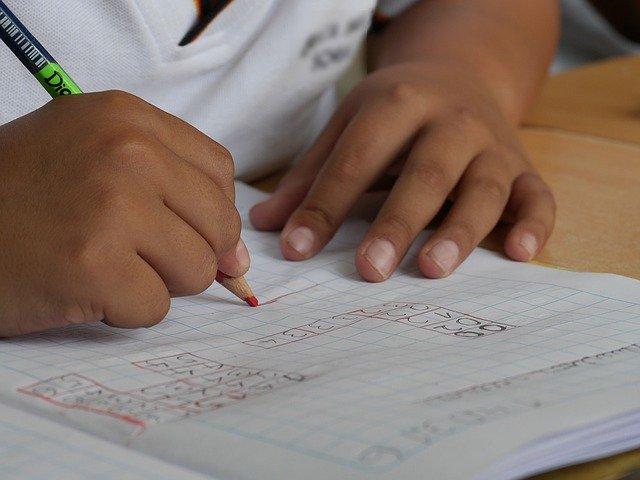 試験を受ける子供